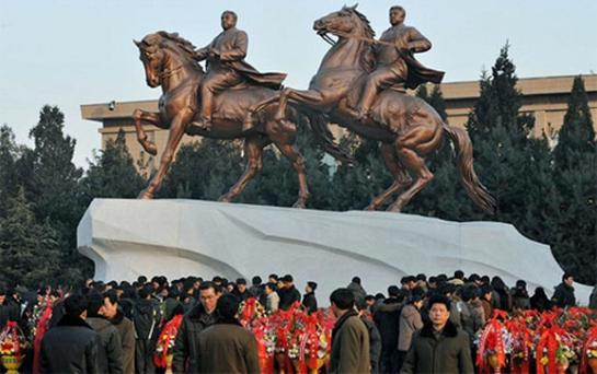 North Koreans offer flowers to the new bronze statues of the late North Korean leader Kim Jong-il (R) and his father Kim Il-sung Photo: Reuters