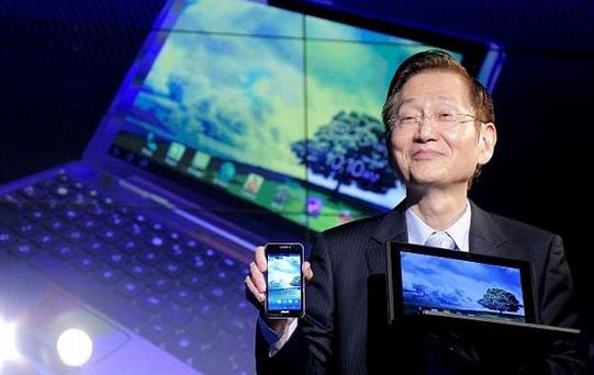 Asus chairman Jonney Shih presents the Padfone at Mobile World Congress. Photo: Getty Images