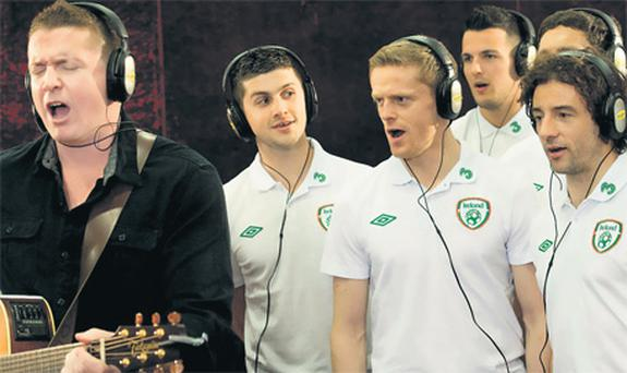 Damien Dempsey pictured with, from left, Shane Long, Damien Duff, Stephen Henderson, Keith Andrews (hidden) and Stephen Hunt