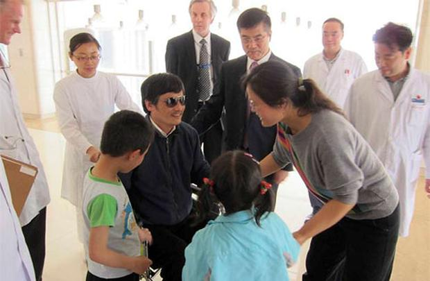 Blind activist Chen Guangcheng (C) speaks with his wife Yuan Weijing (2nd R) and children as U.S. ambassador to China Gary Locke (facing camera, 3rd R) and U.S. Assistant Secretary of State for East Asian and Pacific Affairs Kurt Campbell (facing camera, 4th R) stands nearby in a Beijing hospital. Photo: Reuters