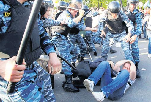 Russian riot police clashing with anti-Putin protesters during the 'march of the million' in Moscow. Photo: Reuters