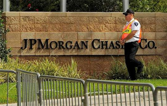 A security guard patrols outside the JP Morgan Chase & Co annual shareholders meeting at the bank's back-office complex in Tampa, Florida. Photo: Reuters