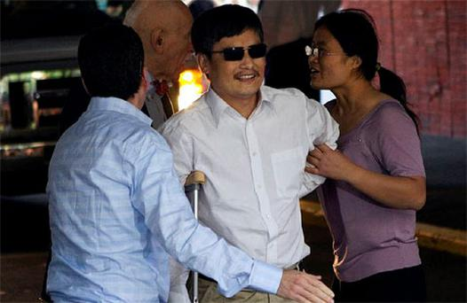Blind Chinese dissident Chen Guangcheng (C) is helped by his wife Yuan Weijing (R) after arriving in New York. Photo: Reuters
