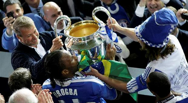 Chelsea's owner Roman Abramovich (L) and player Didier Drogba (C) lift up the UEFA Champions League trophy. Photo: Reuters