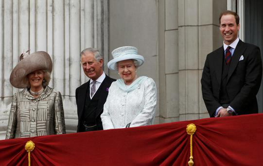Britain's Queen Elizabeth (2nd R) stands with (L-R) Camilla, Duchess of Cornwall, Prince Charles and Prince William on the balcony of Buckingham Palace in London June 5, 2012. Cheering crowds thronged the streets of London on Tuesday for the grand finale to four days of festivities marking the Queen's Diamond Jubilee attended by millions across Britain. REUTERS/Stefan Wermuth (BRITAIN - Tags: ANNIVERSARY SOCIETY ROYALS ENTERTAINMENT)
