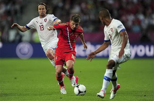 Andrey Arshavin of Russia is tackled by Jaroslav Plasil of Czech Republic. Photo: Getty Images