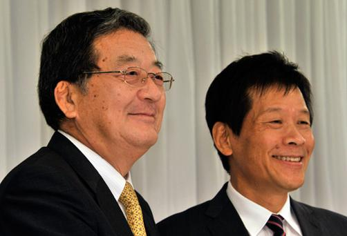 Japan's biggest steelmaker Nippon Steel president Shoji Muneoka (L) smiles with third-ranked rival Sumitomo Metal Industries president Hiroshi Tomono. Photo: Getty Images