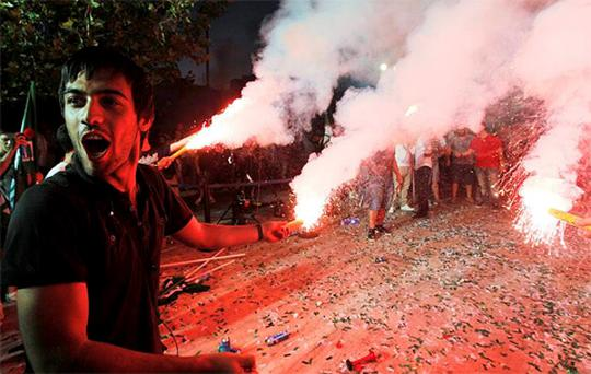 Supporters of the Socialist PASOK party raise flares during a pre-election rally at Korydallos suburb near Athens. Photo: Reuters