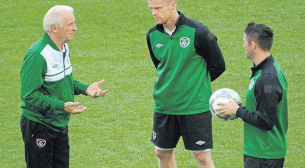 Giovanni Trapattoni speaks with Robbie Keane and Damien Duff at training yesterday