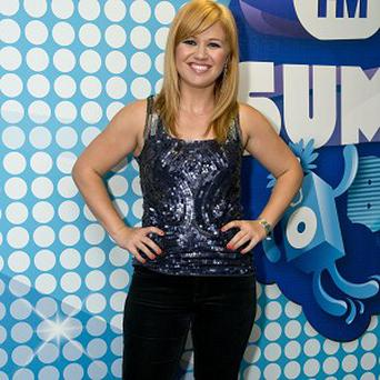 Kelly Clarkson is using crutches because of a foot injury