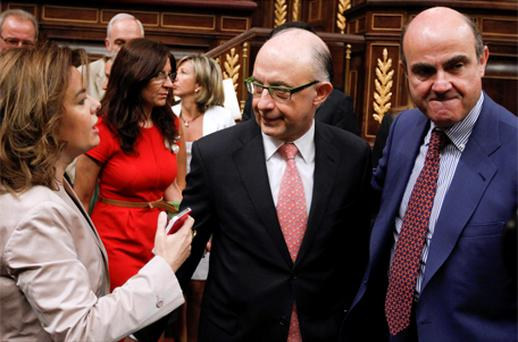 Spain's Deputy Prime Minister Soraya Saenz de Santamaria (L) talks with Economy Minister Luis de Guindos (R) and Treasury and Public Administration Minister Cristobal Montoro before a parliamentary session at Spanish parliament in Madrid. Photo: Reuters