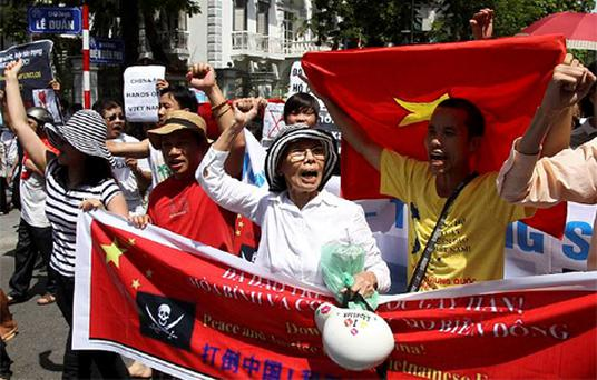 Protesters hold banners while chanting slogans during an anti-China protest along a street in Hanoi July 22, 2012. Photo: Reuters