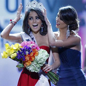 Miss Mexico Jimena Navarrete is crowned Miss Universe 2010 by Stefania Fernandez. Photo: AP