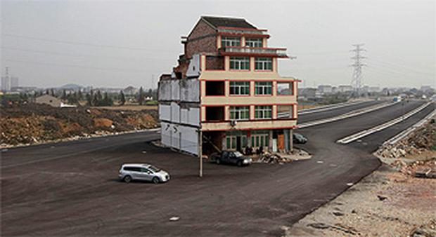 The house stood in the middle of a new main road on the outskirts of Wenling city in east China's Zhejiang province