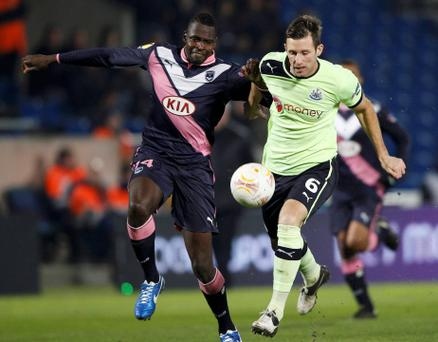 Girondins Bordeaux' Cheick Diabate (L) fights for the ball with Newcastle United's James Perch during their Europa League soccer match at the Chaban Delmas stadium in Bordeaux, December 6, 2012. REUTERS/Regis Duvignau (FRANCE - Tags: SPORT SOCCER)