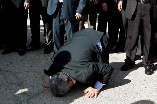 Hamas chief Khaled Meshaal prays, with his head to the ground, upon his arrival at the Rafah crossing in the southern Gaza Strip. Photo: Reuters
