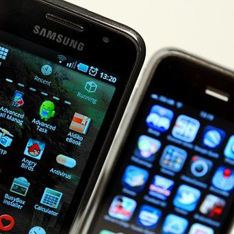 A US judge has urged the world's largest smartphone makers to settle their differences