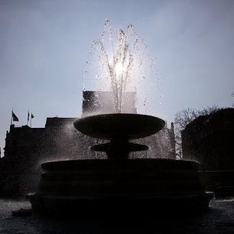 Trafalgar Square's fountains are to be turned purple and red as a Christmas tribute to volunteers who worked at the Olympics