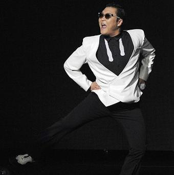 PSY has apologised for anti-US comments he made in 2004