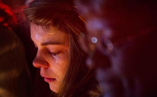 A woman weeps while visiting a memorial to the victims of the shooting at Sandy Hook School in Newtown, Connecticut. Photo: Reuters