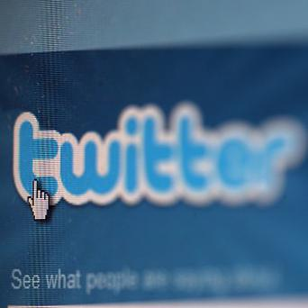 Twitter has been ordered to help a Jewish group identify authors of anti-Semitic messages