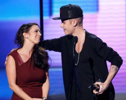 Justin Bieber accepts the award for artist of the year with his mother Pattie Mallette at the 40th American Music Awards in Los Angeles...Justin Bieber accepts the award for artist of the year with his mother Pattie Mallette at the 40th American Music Awards in Los Angeles, California, November 18, 2012. REUTERS/Danny Moloshok (UNITED STATES - Tags: ENTERTAINMENT) (AMA-SHOW)...E