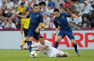 France's Samir Nasri (right) and Yohan Cabaye (left) comdine to tackle England's Alex Oxlade-Chamberlain. Photo: PA