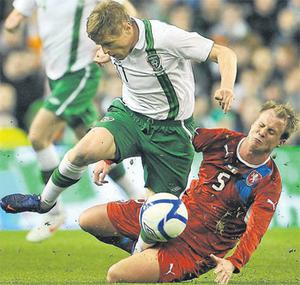 Damien Duff is tackled by David Limberský