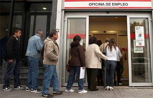People enter a government employment office in Madrid April 3, 2012. Spain's number of registered jobless rose for the eighth straight month in March as companies in all areas of the economy continued to lay off staff in an effort to survive a deepening crisis. The number of registered unemployed rose by 0.8 percent in March from a month earlier, or by 38,769 people, leaving 4.75 million people out of work, data from the Labour Ministry showed. Photo: Reuters