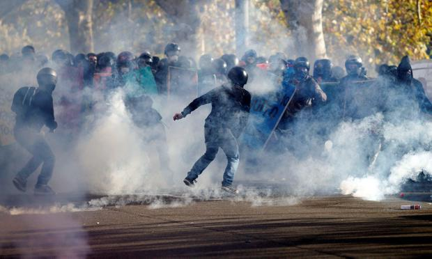 Students clash with riot police during a demonstration against austerity measures in downtown Rome November 14, 2012. Police and protesters clashed in Spain and Italy on Wednesday as millions of workers went on strike across Europe to protest against spending cuts they say have made the economic crisis worse. REUTERS/Stringer (ITALY - Tags: CIVIL UNREST POLITICS EDUCATION BUSINESS)
