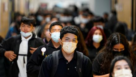 Students wear masks while walking to class at Santa Fe South High School in Oklahoma City, Oklahoma, US. Photo: Reuters/Nick Oxford/File Photo