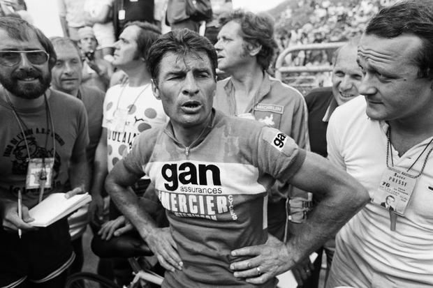 French cyclist Raymond Poulidor looks exhausted, on July 16, 1976, as he arrives third at the 20th stage of the Tour de France, Tulle - Puy de Dôme, flanked by sports reporter Jean-Marie Leblanc. Photo: AFP/Getty