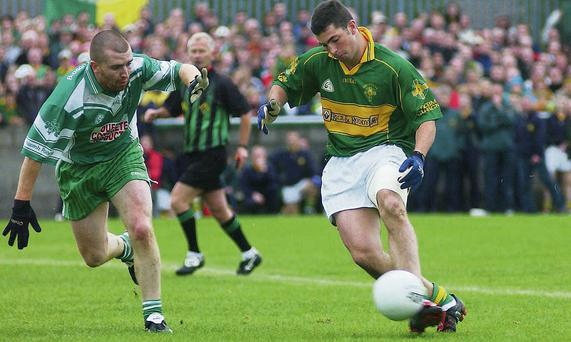 Rob Kearney in action for Cooley Kickhams in the 2004 Louth Senior Championship Final against St. Patrick's with Karl White trying to close him down.