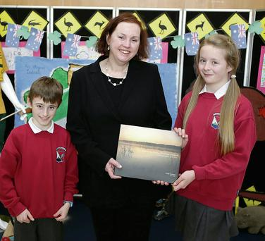 Rían MacMaolain and Cara Nic Chionna make a presentation to Ambassador Dr Ruth Adler.