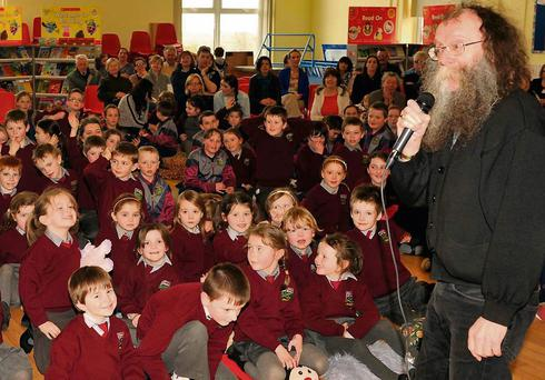 Seanchai Eddie Linehan enthralled the pupils at Berrings NS. Photo: Mike English