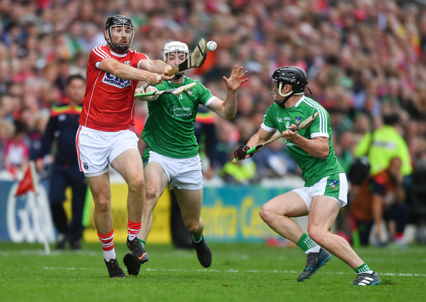 Dean Brosnan of Cork in action against Kyle Hayes, and Darragh O'Donovan, right, of Limerick during the Munster GAA Hurling Senior Championship Round 3 match between Cork and Limerick at Páirc Uí Chaoimh. Photo by Piaras Ó Mídheach/Sportsfile