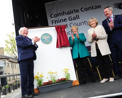President Michael D Higgins unveiling the Skerries Tidy Towns plaque with Maeve Gann and Anne Doyle, Fingal Mayor Darragh Butler