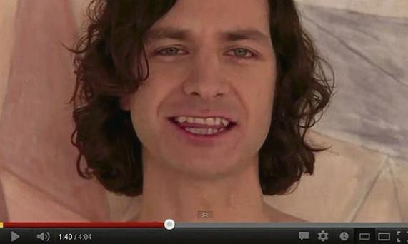 Gotye gets his teeth into 'Somebody That I Used To Know'