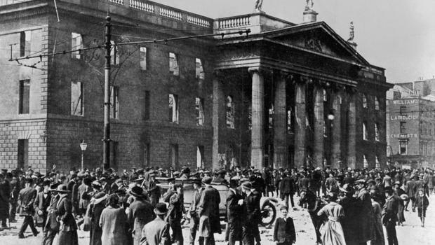 Crowds outside the shelled GPO in 1916
