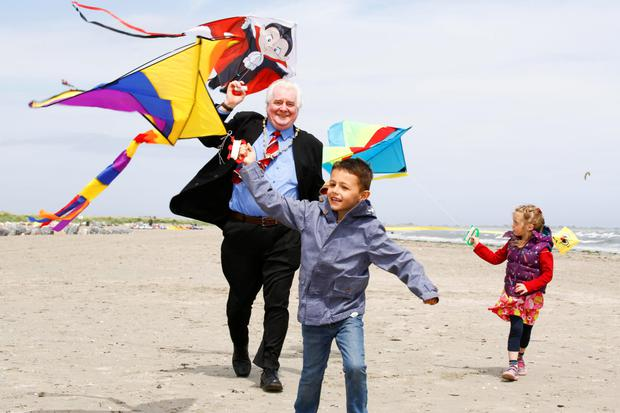 Deputy Lord Mayor Larry O'Toole is joined on North Bull Island by kite fans Matthew Daly (6) and Julia Cordero (4), both from Marino