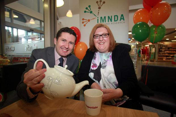 Newstalks Jonathan Healypours a cup of tea for Loretto Dempsey outside SuperValue Blanchardstown.