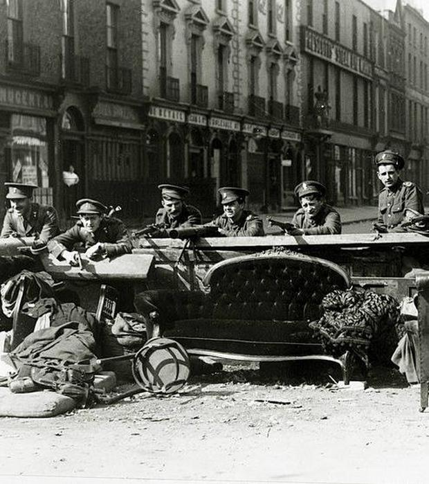 British troops on a Dublin street in April 1916
