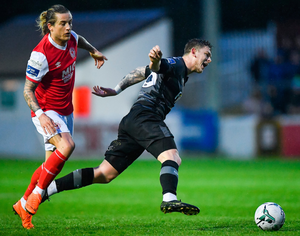 Sean Murray of Dundalk is tracked down by Rhys McCabe of St Patrick's Athletic