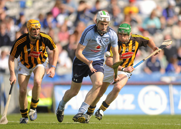 Dublin's Peter Kelly solos past Kilkenny's Colin Fennelly (l) and Eddie Brennan, during the Allianz Hurling League Division 1 final at Croke Park in May 2011