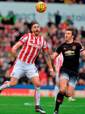 Stoke City's Geoff Cameron in action against United's Michael Carrick Photo:AFP/Getty Images