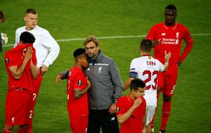 Dejected Liverpool players with Jurgen Klopp after the match