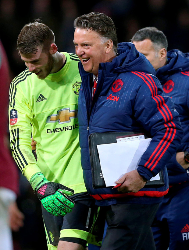 (l-r) Manchester United goalkeeper David de Gea and manager Louis van Gaal Photo: PA