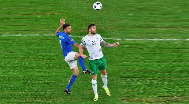 Daryl Murphy clashes with Italy's Thiago Motta. Photo: Sportsfile
