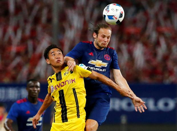 Dortmund's Shinji Kagawa in action with United's Daley Blind. Photo: Reuters