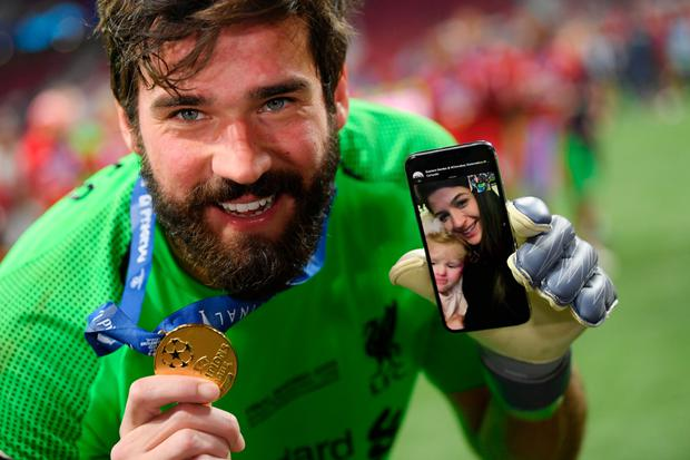 Alisson Becker videocalls his wife and daughter from the pitch